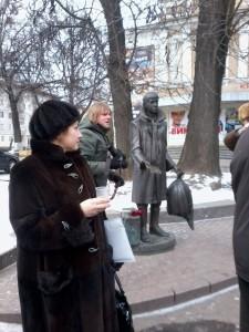 "Памятник Лариосику возле кинотеатра ""Украина"""